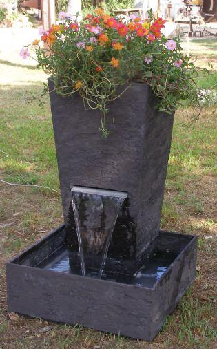 מפל מים עם עציץ