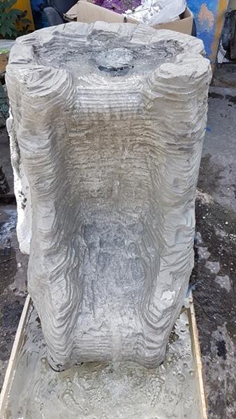מפל מים מאבן עם שכבות