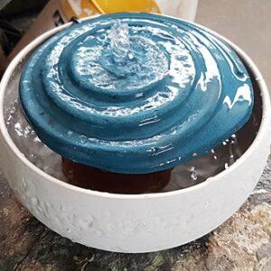 מזרקה קטנה בצורת ספירה מים זורמים במעגלים