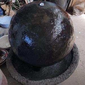 מפל מים לגינה מכדור בטון ענק