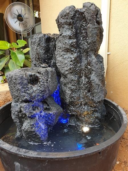 מפל מים מאבני בזלת